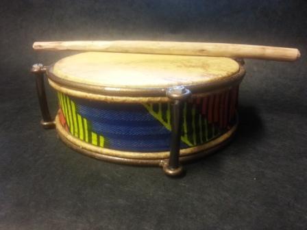 Tamburin mit blau-gelb-orangen Muster